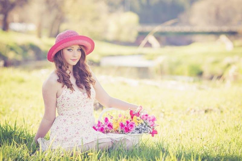 eine schöne junge Frau im Gras