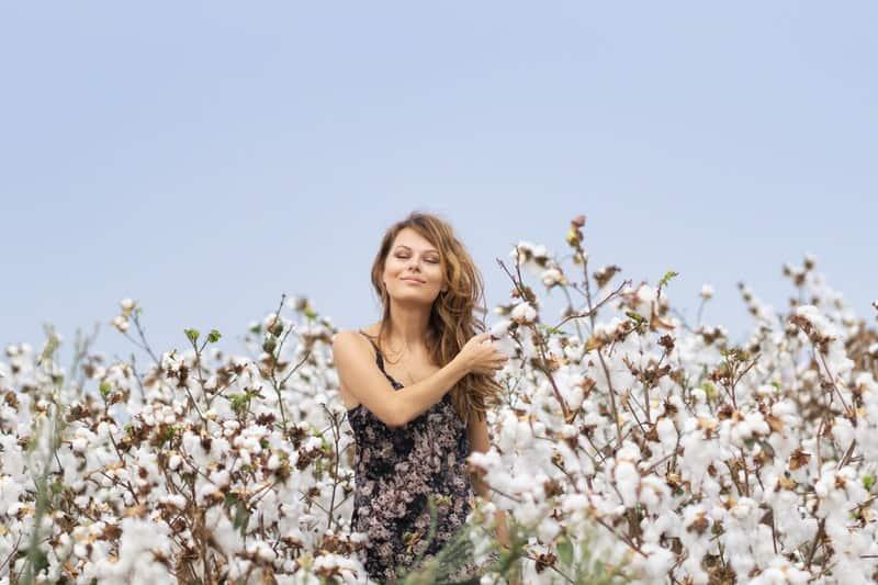 eine zufriedene Frau in Blumen
