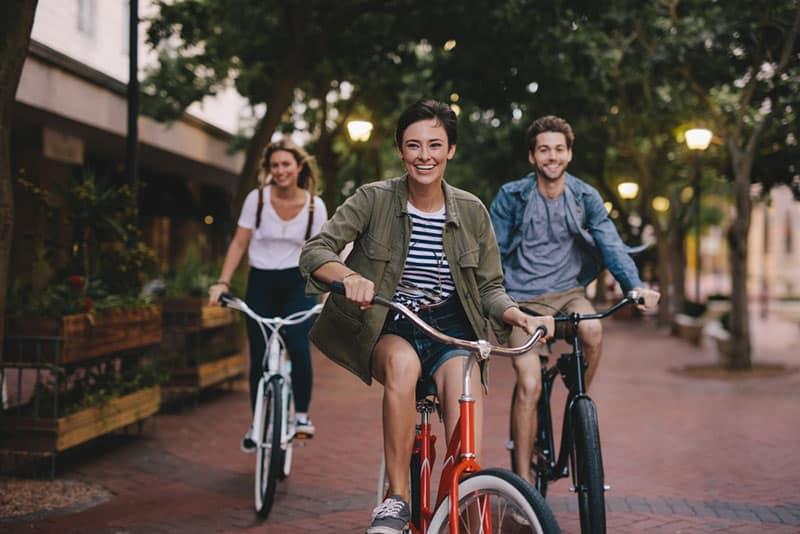 erwachsene Geschwister, die Fahrrad fahren