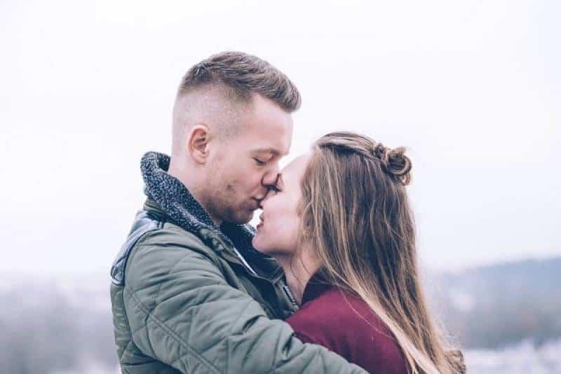erwachsene Zuneigung Paar Umarmung