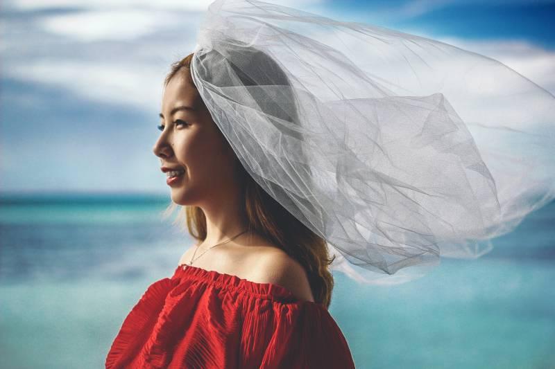 flache Fokusfotografie der lächelnden Frau mit dem Körper des Wasserhintergrunds