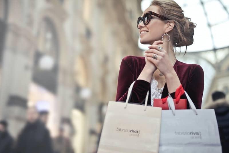 freudige Frau hält Säcke