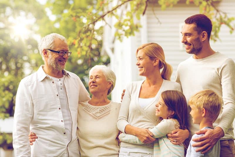glückliche Familie, die draußen umarmt