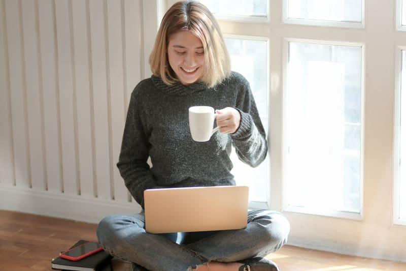 glückliche Frau auf Laptop