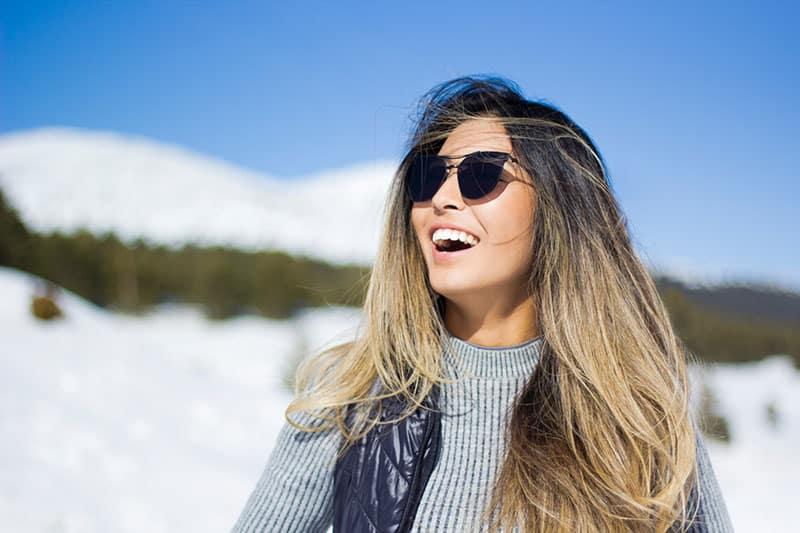 glückliche Frau auf der Sonne