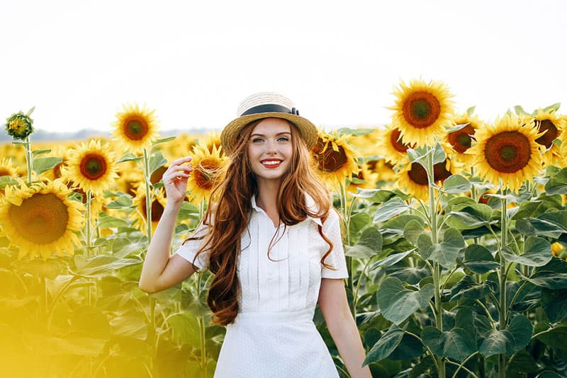 glückliche Frau im Sonnenblumenfeld