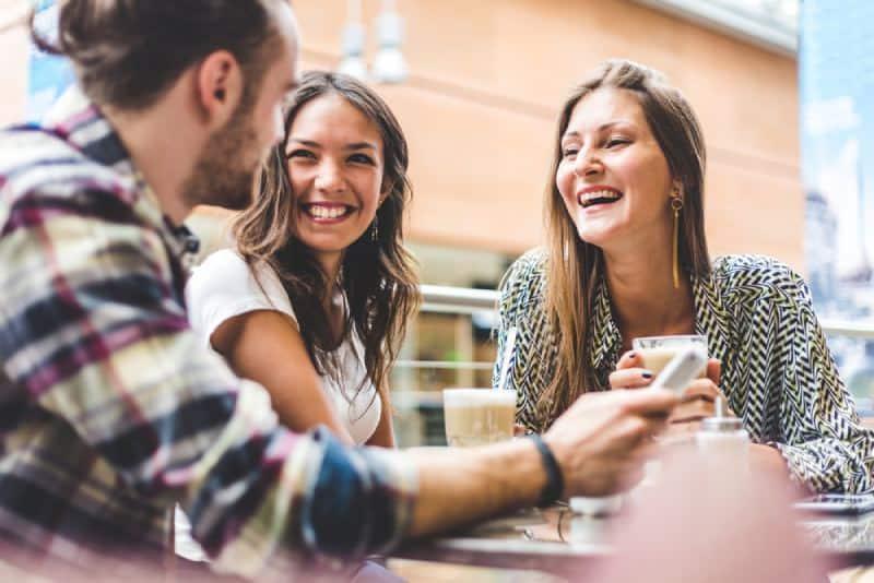 glückliche Freunde reden draußen