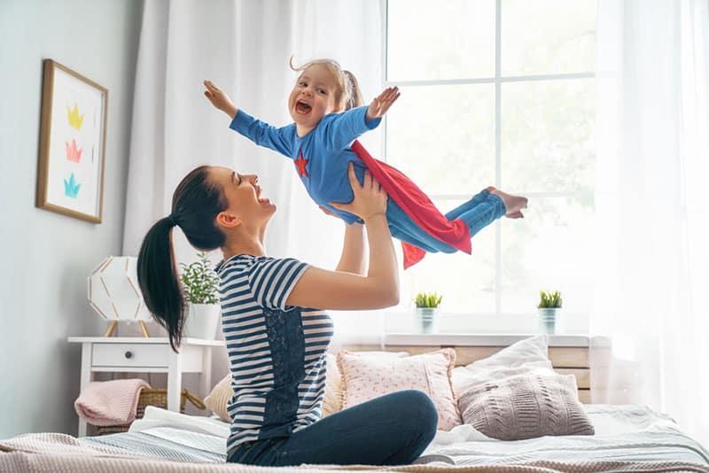 glückliche Mutter spielt mit ihrer Tochter