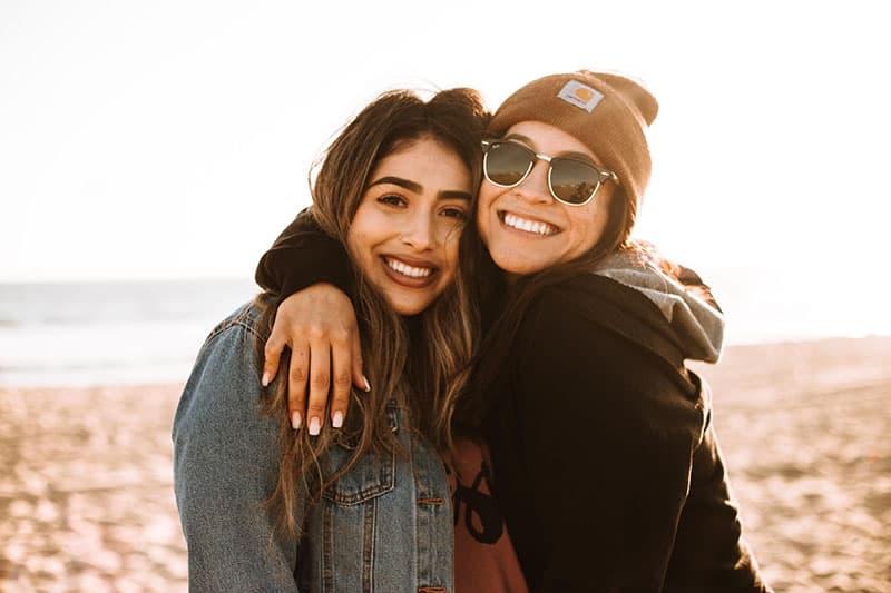 glückliche Schwestern, die sich umarmen