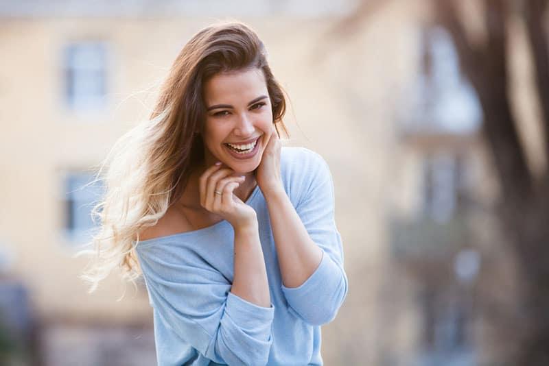 glückliche junge Frau, die laut lächelt