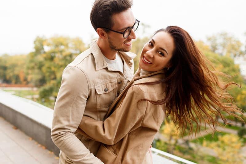 glücklicher Mann will eine Frau küssen
