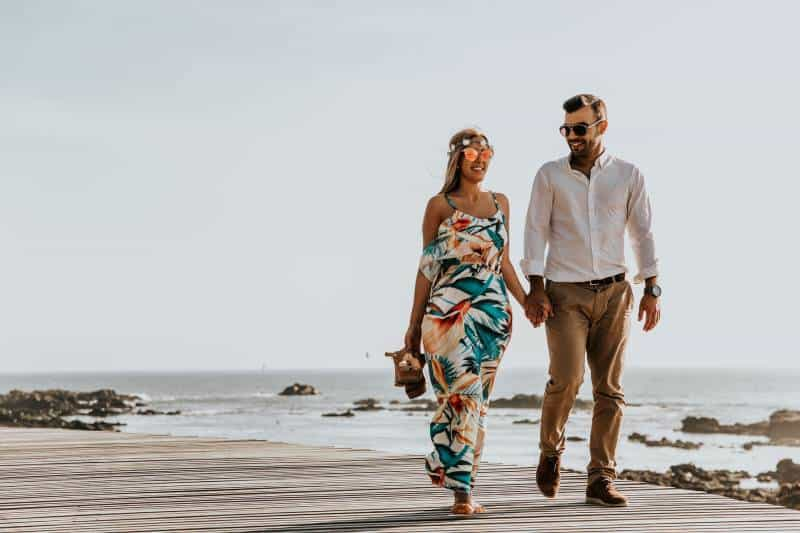 glückliches Paar am Strand spazieren