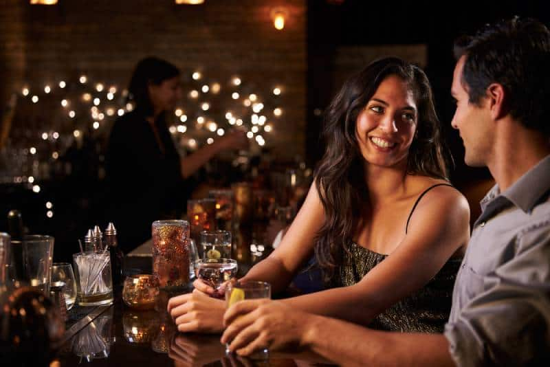 glückliches Paar an der Cocktailbar