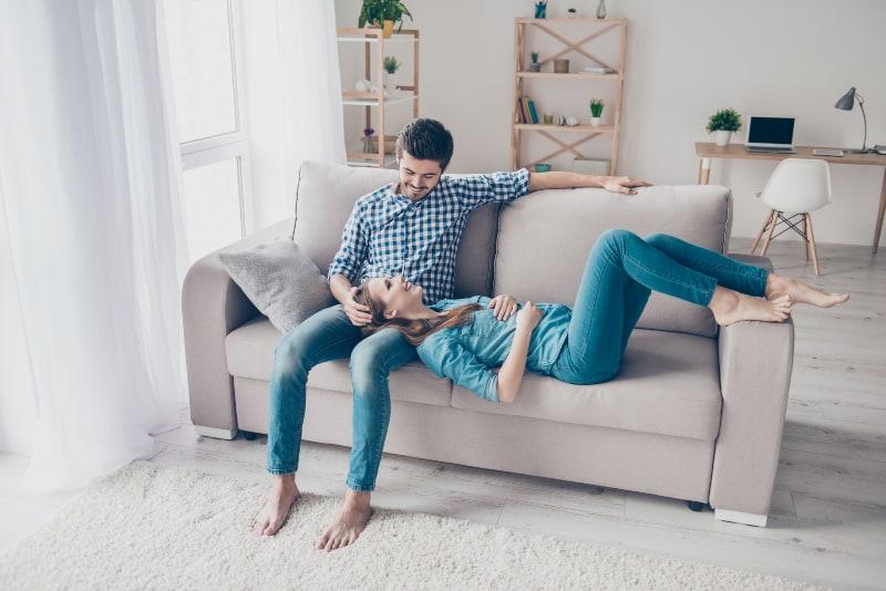 glückliches Paar auf der Couch