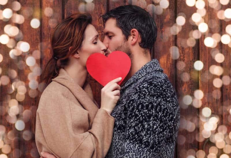 glückliches Paar, das draußen küsst