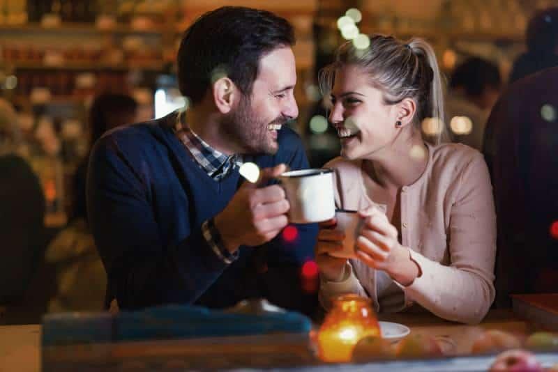 glückliches Paar, das ein Date an der Bar hat