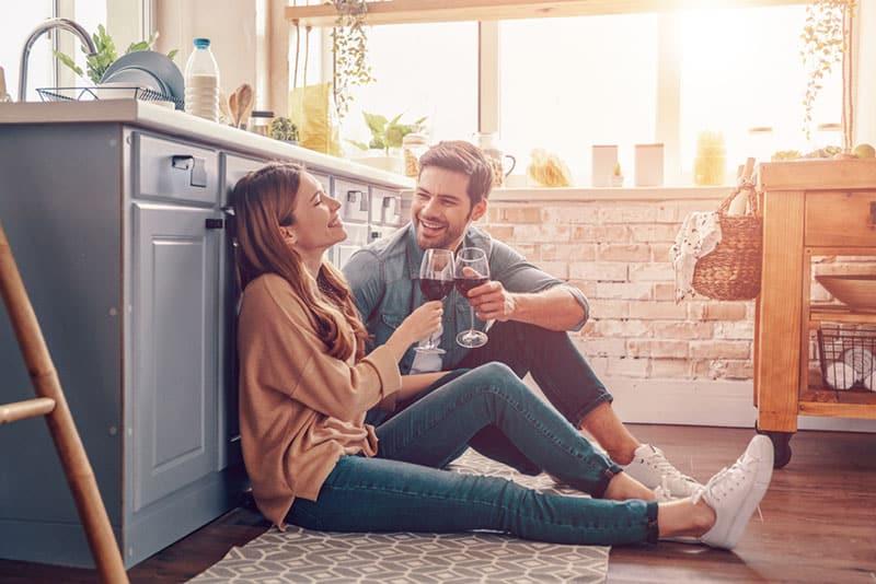 glückliches Paar, das in der Küche trinkt