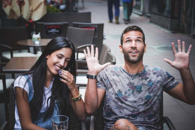 glückliches Paar im Café genießen