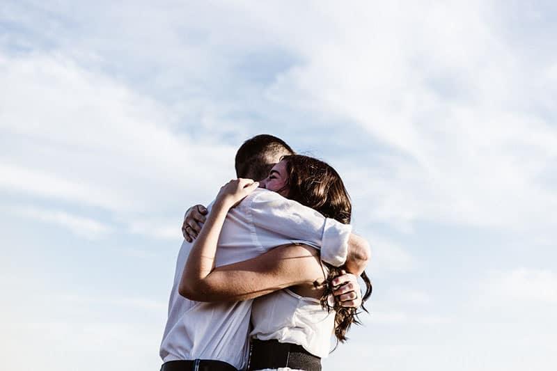 glückliches Paar in Umarmung