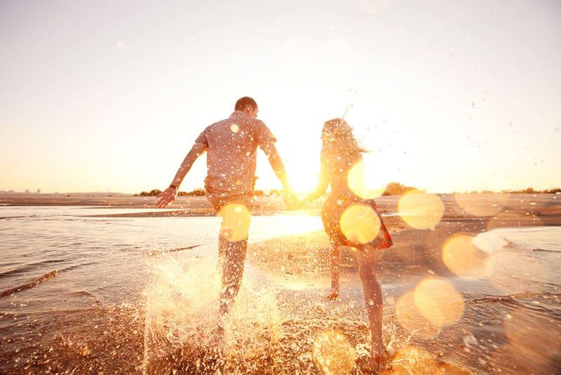 glückliches Paar läuft am Strand
