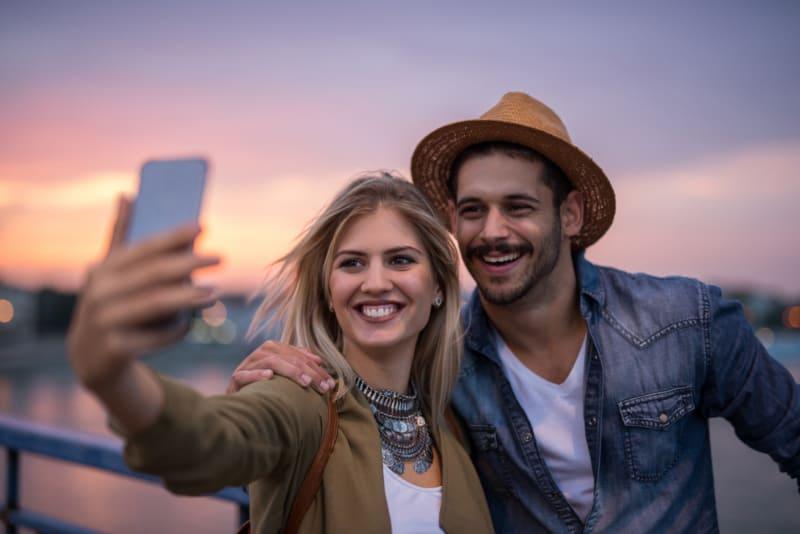 glückliches Paar macht Selfie