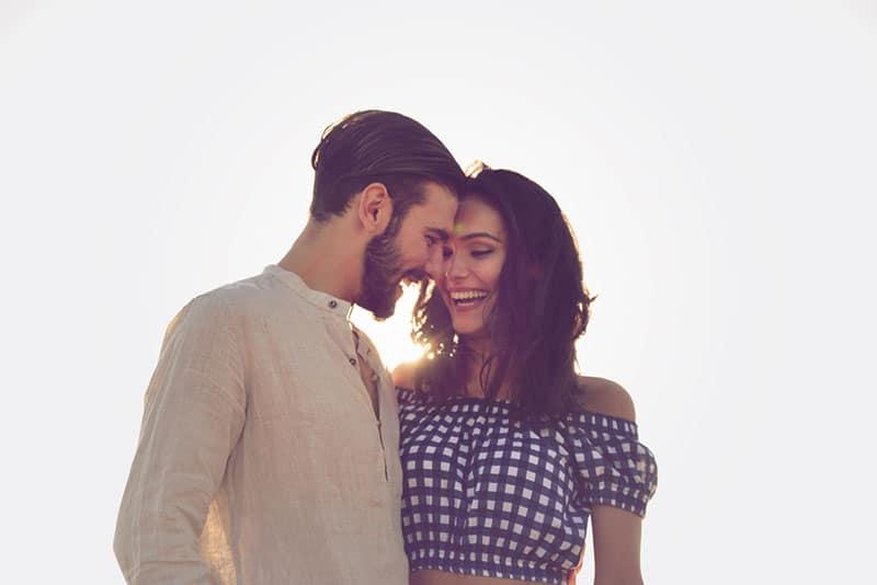 glückliches Paar reden und kuscheln