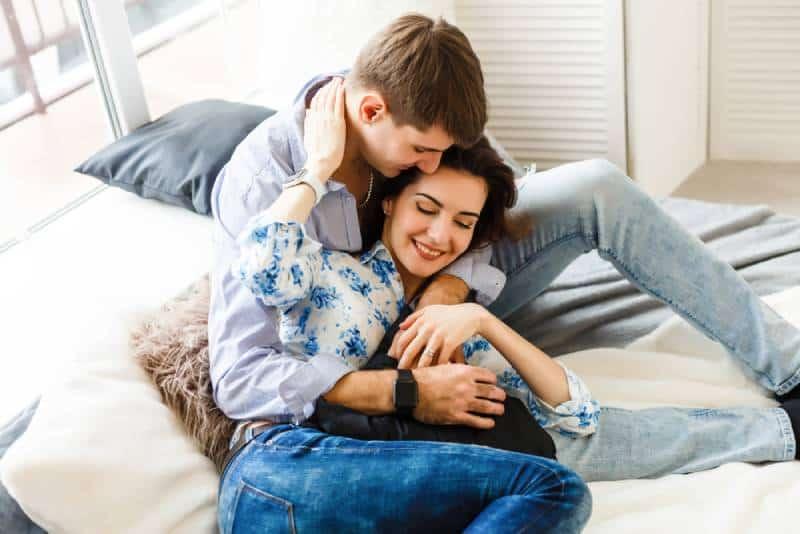 glückliches Paar sitzt auf dem Sofa zu Hause