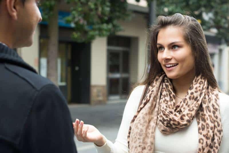 glückliches junges Paar, das draußen spricht