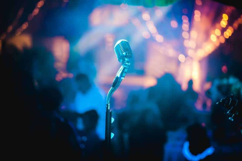 graues Mikrofon im Partyraum