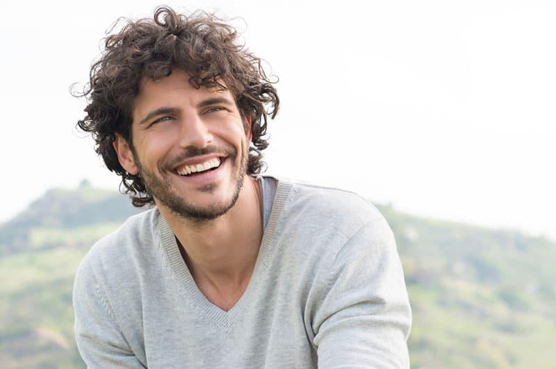 hübsche Männer mit großem Lächeln