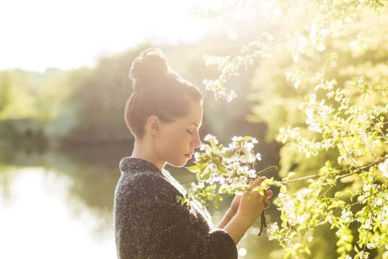 hübsches Mädchen im Freien entspannen