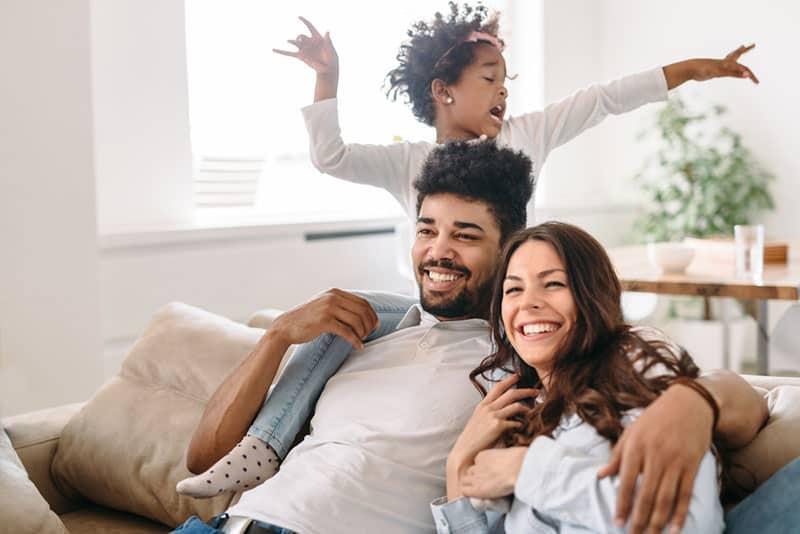 junge Familie, die lustige Zeiten hat