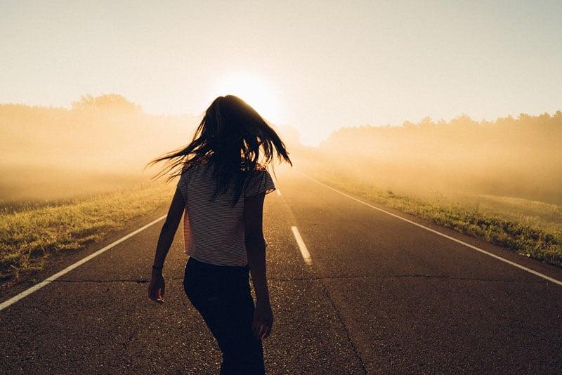 junge Frau, die allein auf der Straße steht