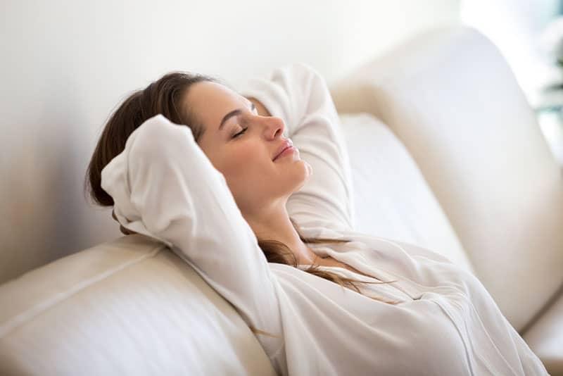 junge Frau, die auf Sofa entspannt