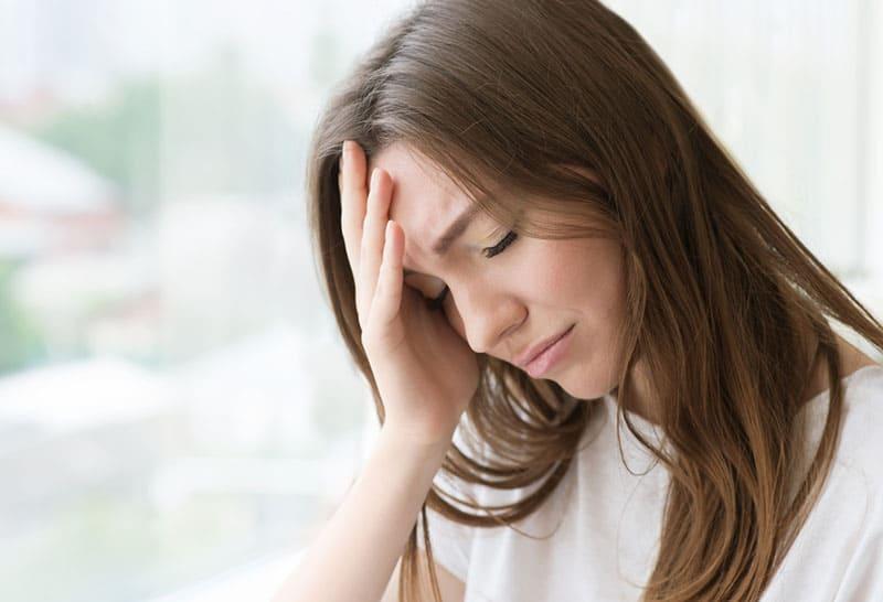 junge Frau fängt an zu weinen