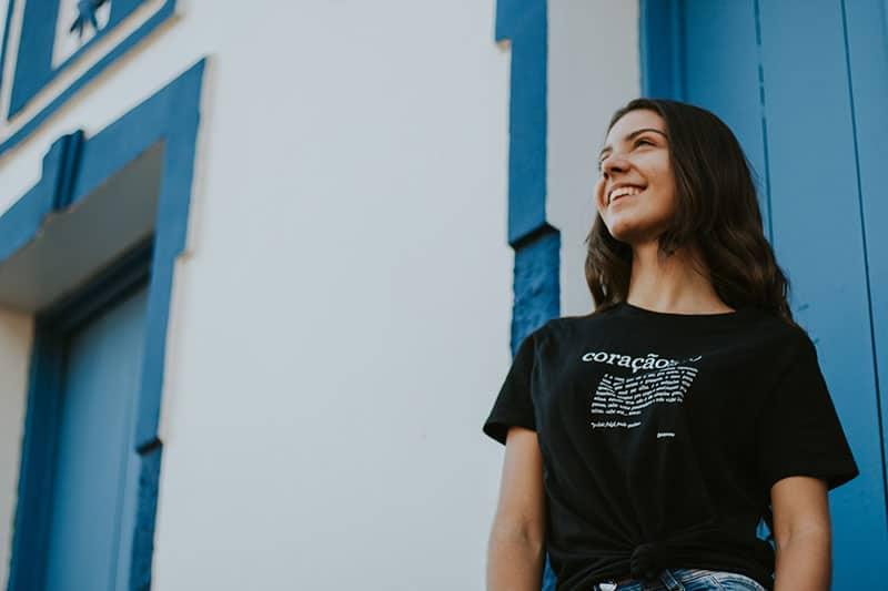 junge Frau lächelt und steht im Freien