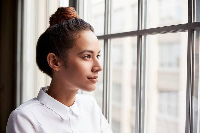 junge Frau mit Haarknoten schaut weg