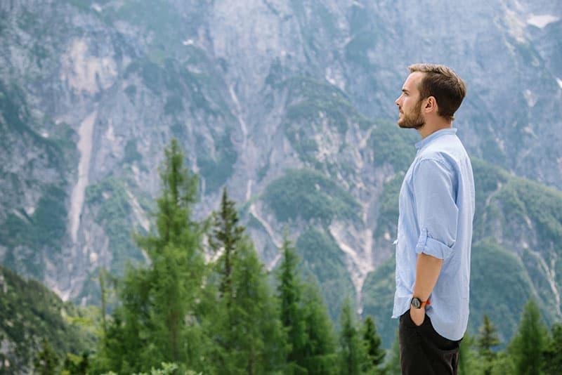 junge Männer beobachten die Berge