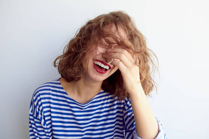 junge betrunkene Frau lächelnd