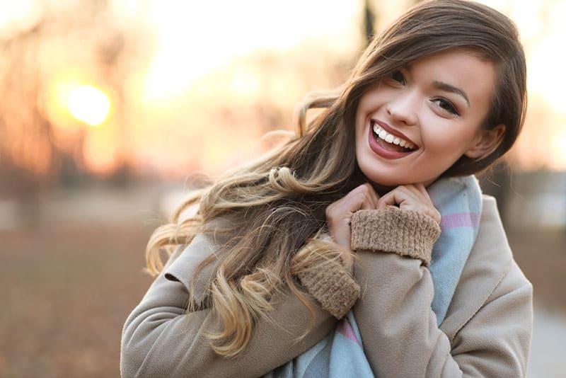 junge glückliche Frau lächelnd