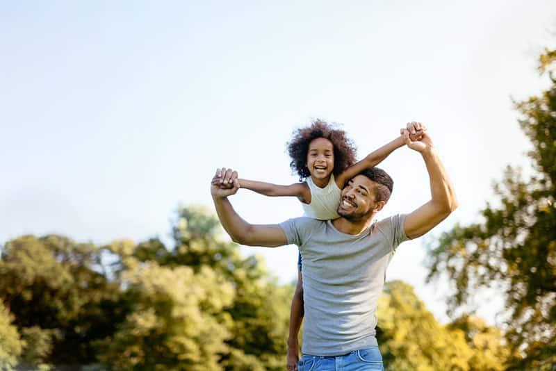 junger Vater mit seiner Tochter