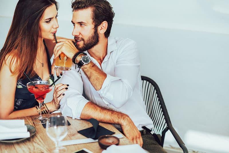 junges Paar beim Flirten etwas trinken