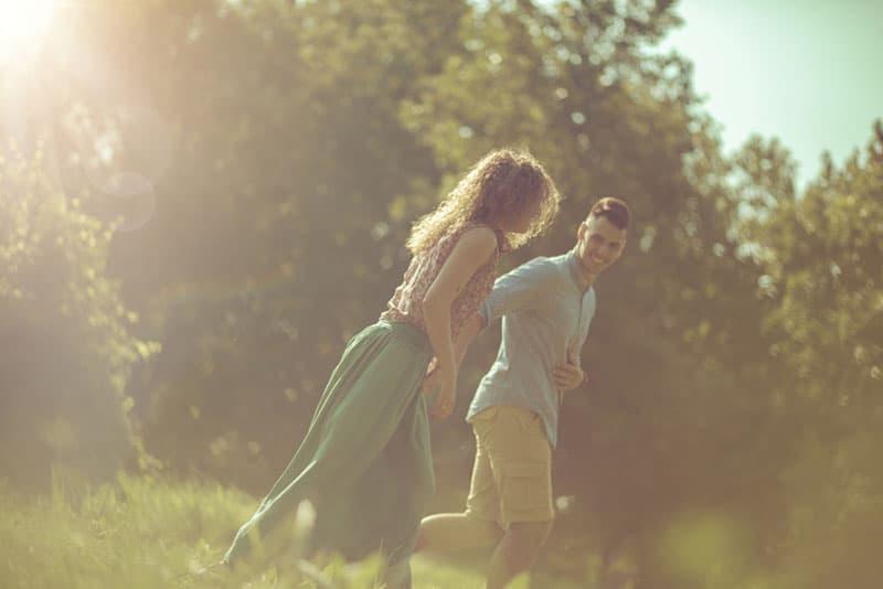 junges Paar, das auf Gras genießt