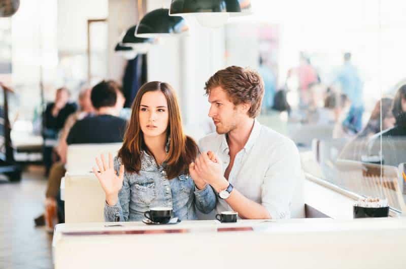 junges Paar flirtet an der Bar, während Frau es nicht mag