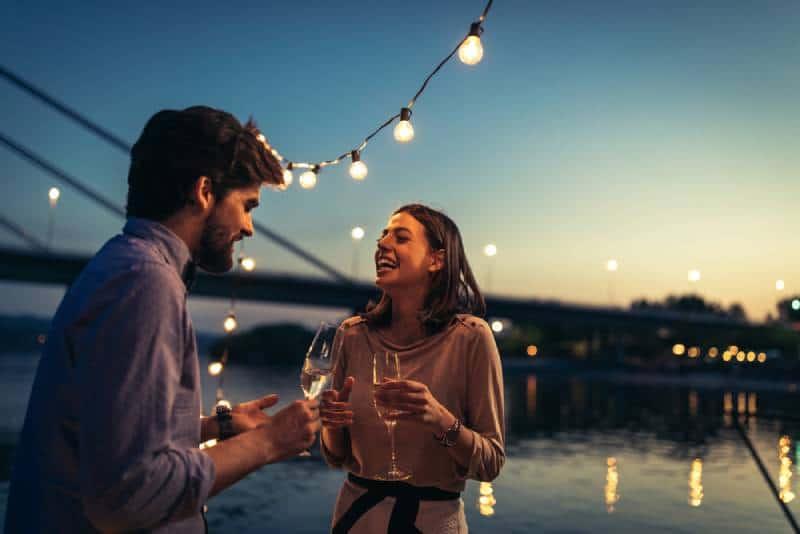 junges Paar spricht auf dem Boot