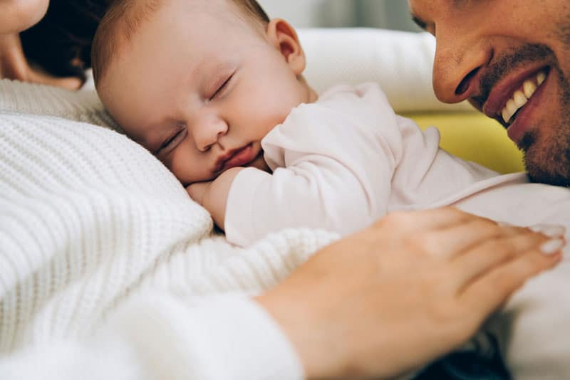 kleines Baby, das auf seiner Mutter schläft