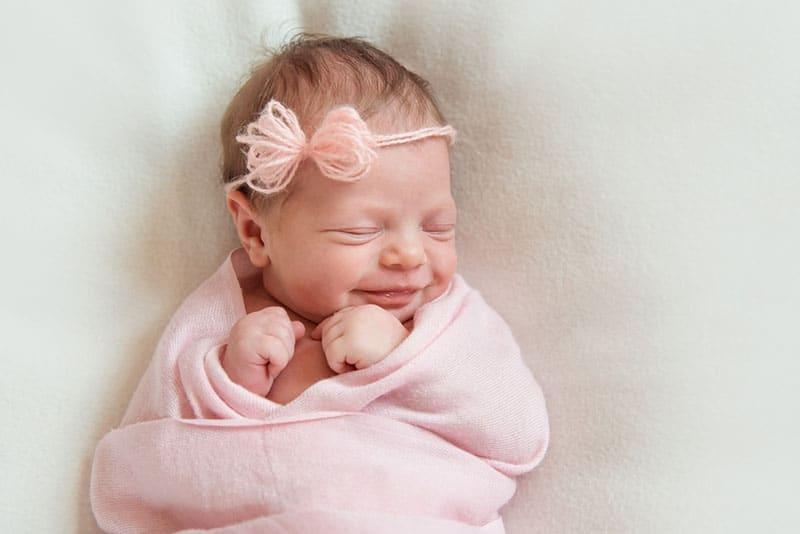 kleines Baby lächelt