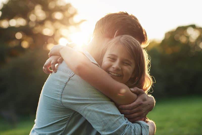 kleines Mädchen umarmt ihren Vater