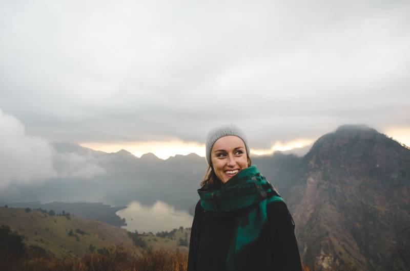 lächelnde Frau, die grünen Schal trägt