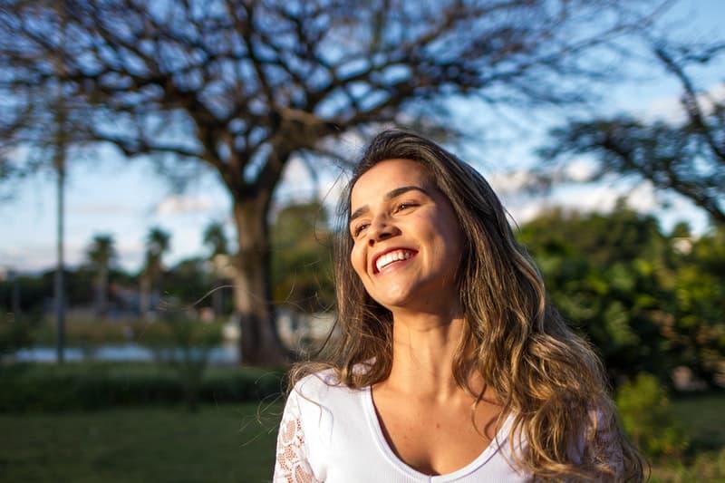 lächelnde Frau in der Sonne